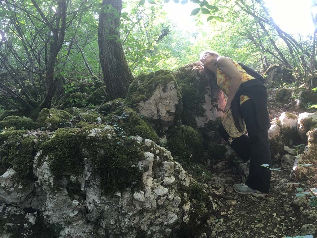 C. B., la tête contre la roche Mentouse, à Marsannay-la-Côte, écoute les coques chanter en Chine.